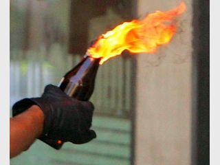 """Правоохоронці проти мітингувальників знову застосували сльозогінний газ а мітингувальники почали кидати """"коктейлі Молотова""""!"""