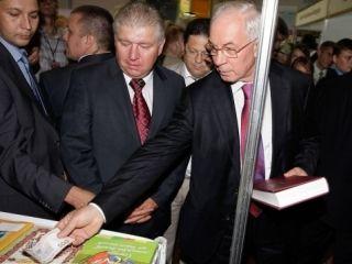 Николай Азаров рассчитывался 500-гривневыми купюрами